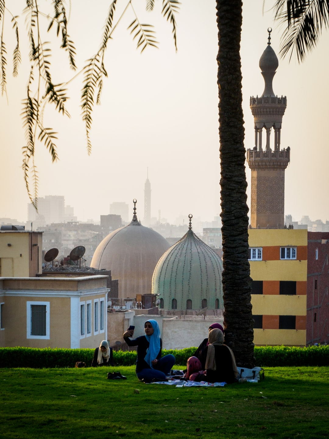 Yalla selfie-time! When it's Friday in Cairo, it's the one day a week reserved for the family. So from everywhere families are going f.e. to park, like Al Azhar Park, Cairo to have a picknick and just have some quality time with friends and family.