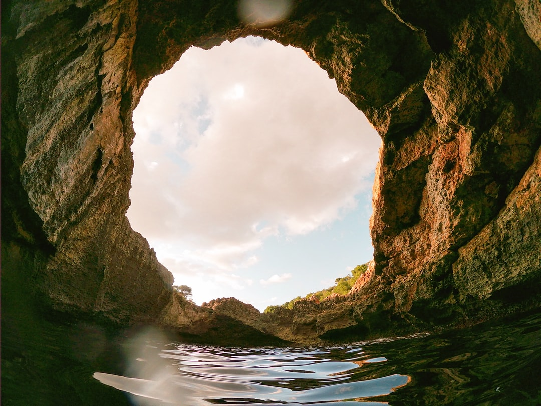 A natural hole towards the sky, from the sea.
