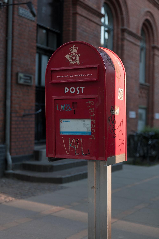 red pedestal box