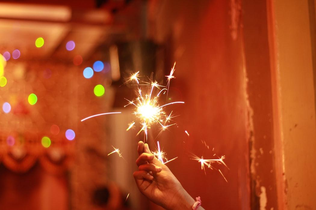 Kegiatan asik rumahan bermain dan melihat kembang api