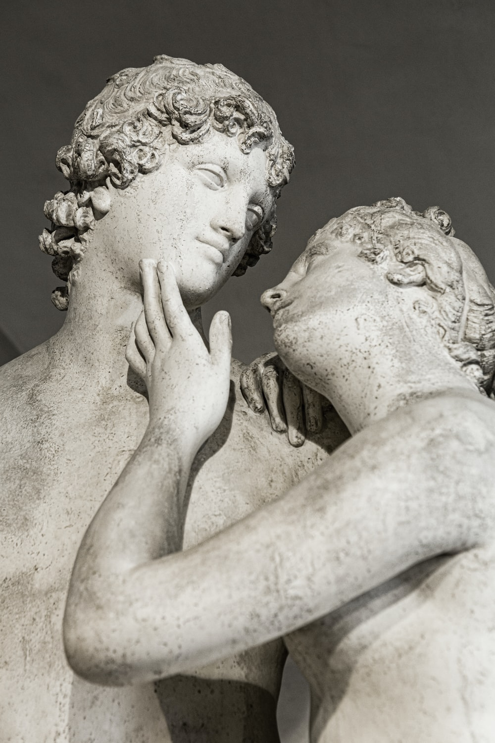 statue of a couple