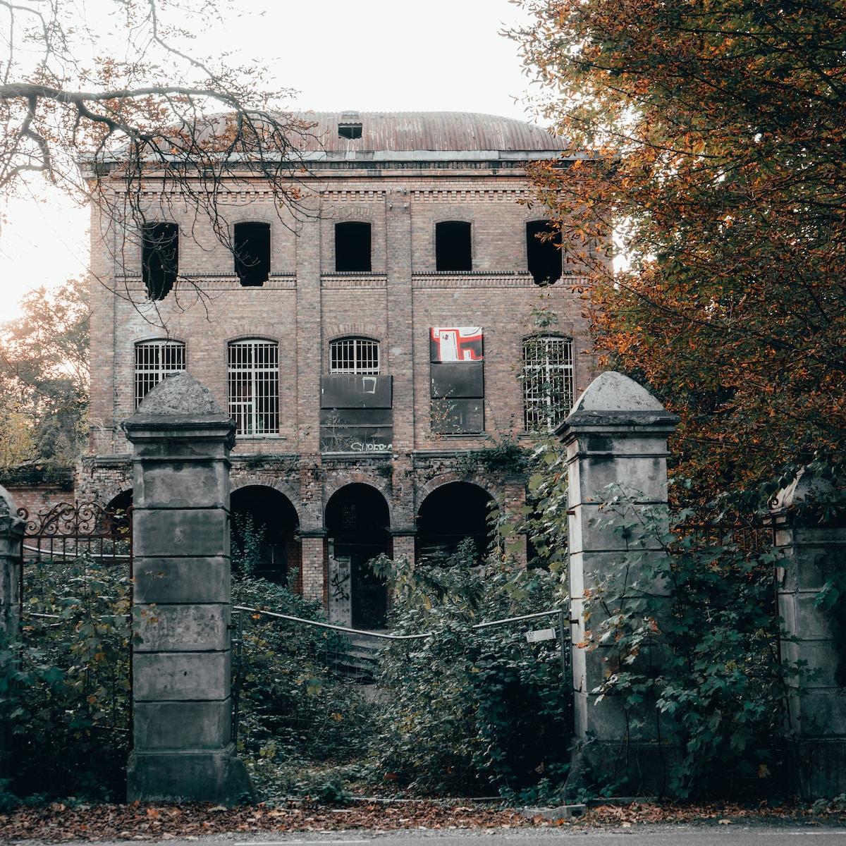 historias de fantasmas, architectural photography grey building