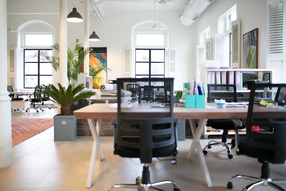 テーブルの横にある椅子,オフィスチェア,メッシュ,椅子,デスクチェア,テレワーク,在宅勤務,心地いい椅子