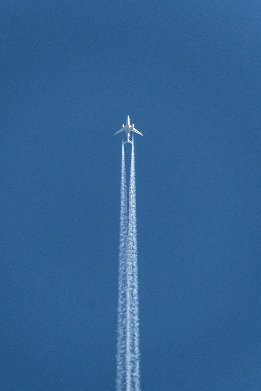 plane doing contrail show