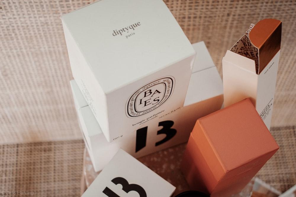 白と茶色の段ボール箱