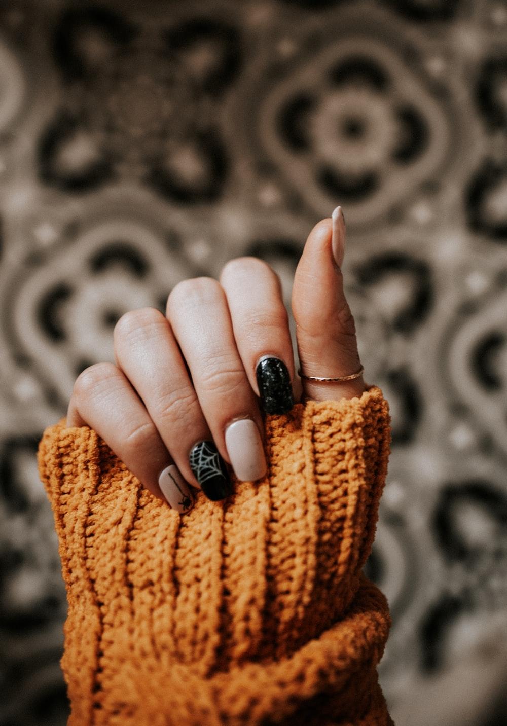 persona con arte de uñas
