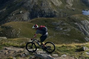 Mountainbiker am Berg in Südtirol