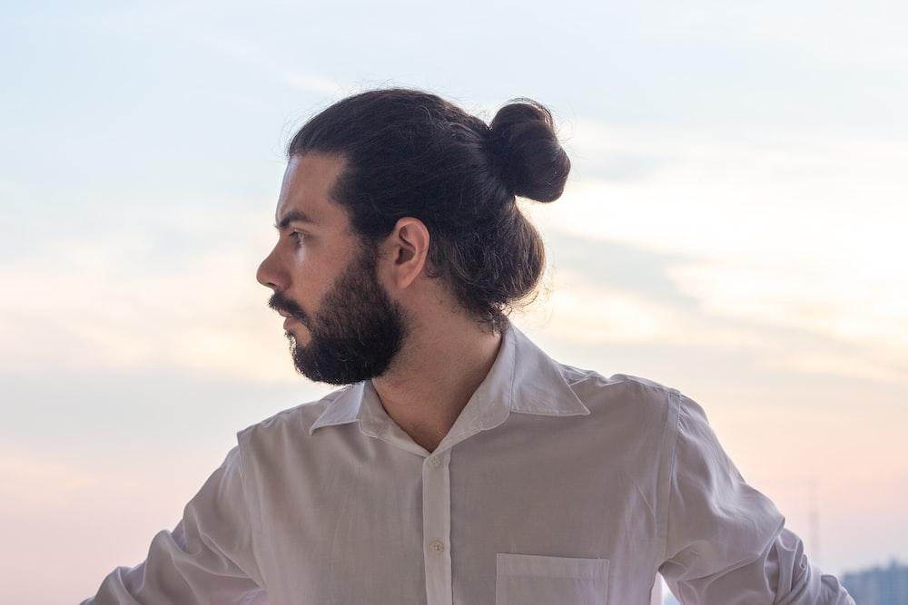 Moños de pelo largo en hombre