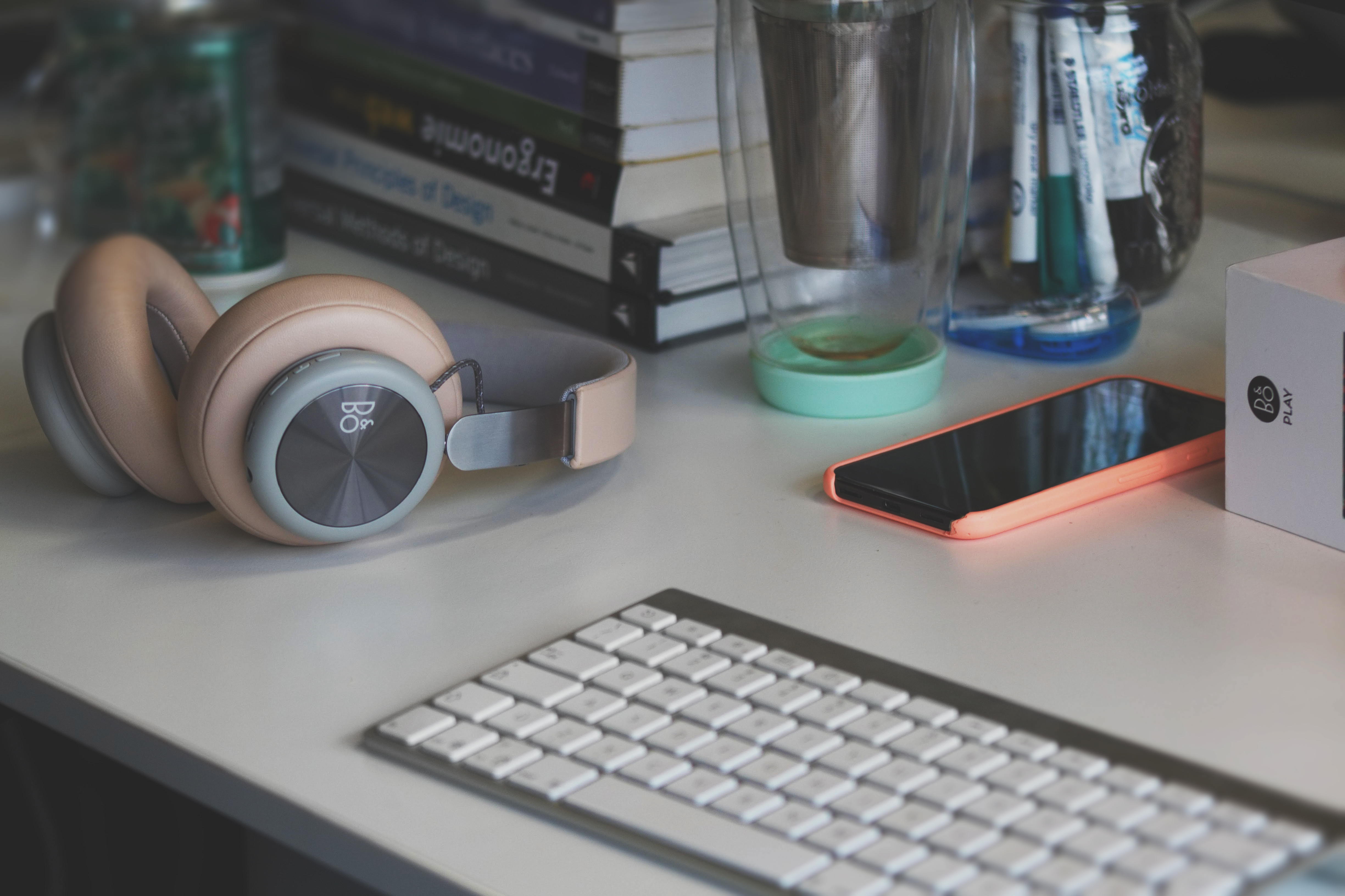 Mylène's desktop setup with pink and teal accents. Développement Notre méthodologie est rigoureuse et est appuyée par des technologies open source de pointe. Pour nous, pas question de faire quelque compromis que ce soit sur la qualité ni sur la sécurité de ce que nous développons. Cela va de soi, non?