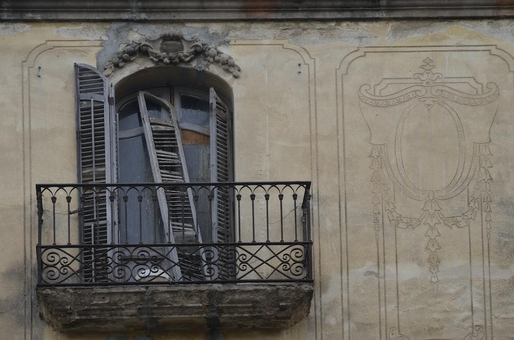 shallow focus photo of balcony