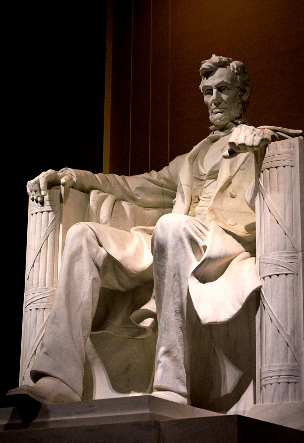 Abraham lincol sitting on chair statue