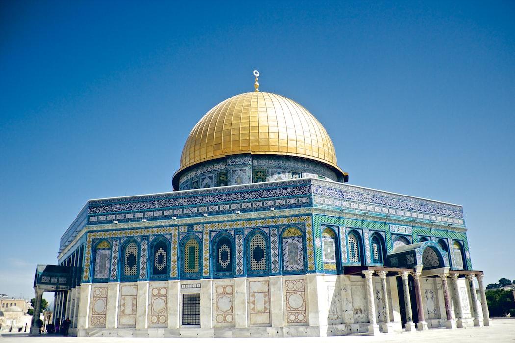 Masjid Al-Aqsa (ٱلْـمَـسْـجِـد الْاَقْـصَى) yang terletak di Kota Tua Yerusalem