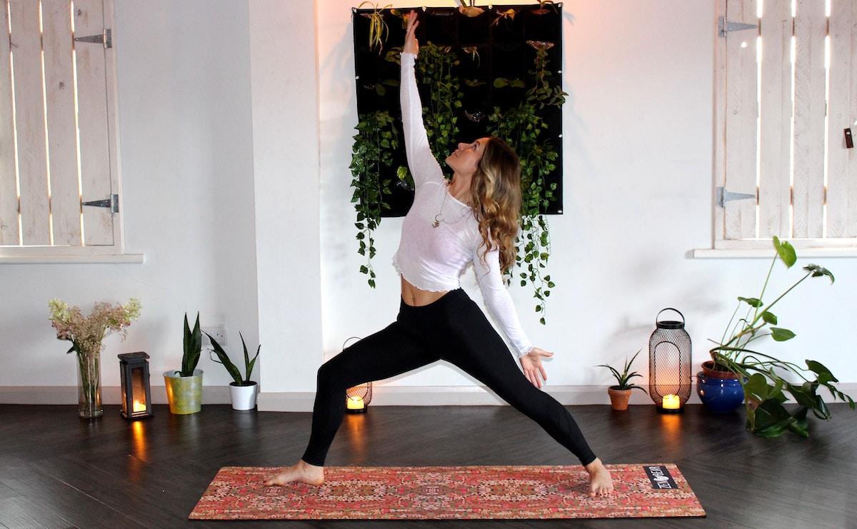 posture de yoga maitrisée grâce à notre professeur