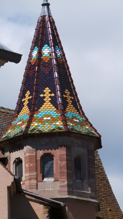 brown and multicolored concrete tower