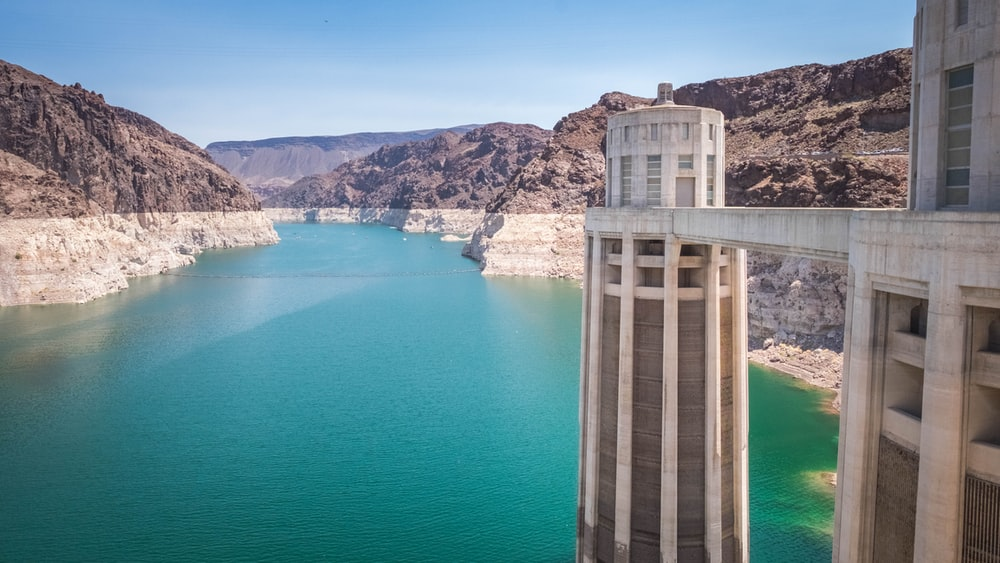 photography of dam during daytime