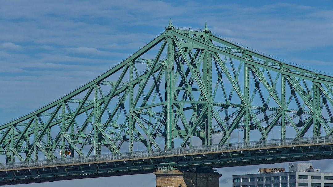 Le pont Jacques-Cartier est un pont routier de type à poutres cantilever qui relie Longueuil (arrondissement Le Vieux-Longueuil) à Montréal (arrondissement Ville-Marie), via l'Île Sainte-Hélène, en enjambant le fleuve Saint-Laurent.