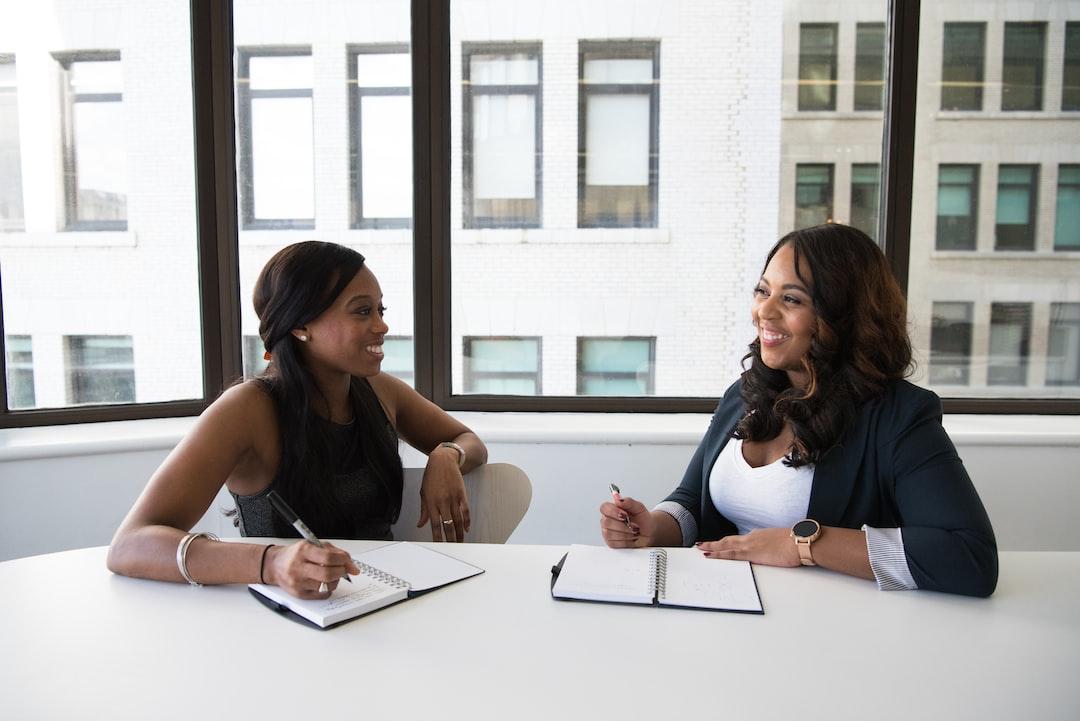 Des femmes ayant une réunion sur les meilleures solutions d'externalisation.