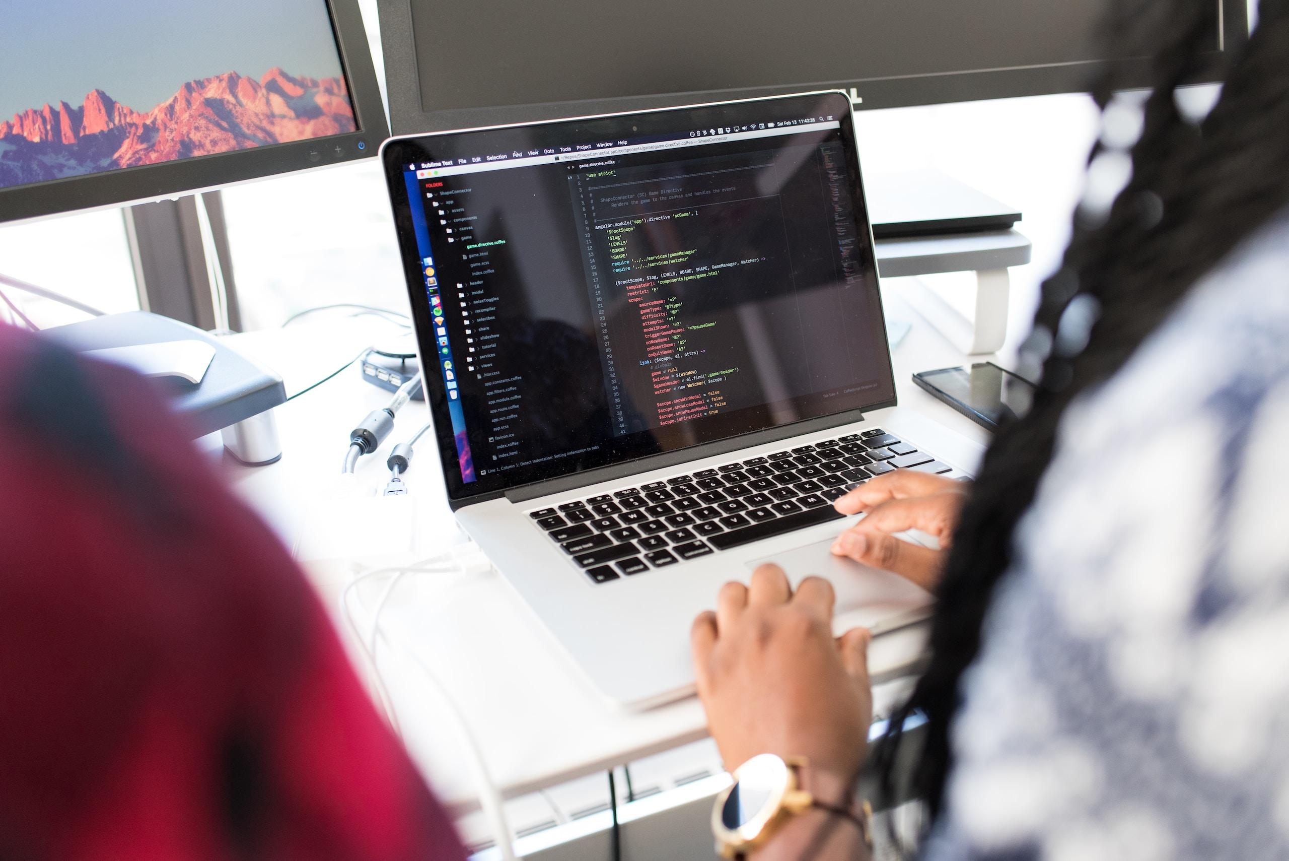 desenvolvimento web designer web designer - photo 1573496773905 f5b17e717f05 ixid MnwyMjQzNzR8MHwxfGFsbHx8fHx8fHx8fDE2MTg4MDI4NzI ixlib rb 1 - Web Designer X Desenvolvedor Web: saiba as diferenças