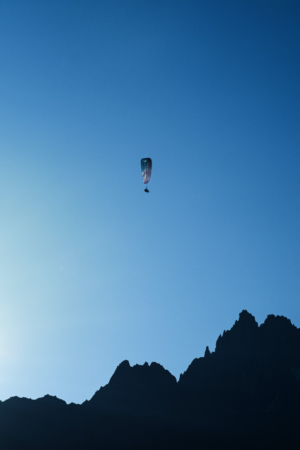 white and blue parasailing