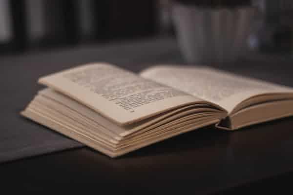 """ביטויים של טראומה מורכבת ודיסוציאציה ב""""ספר הדקדוק הפנימי"""" מאת דויד גרוסמן"""
