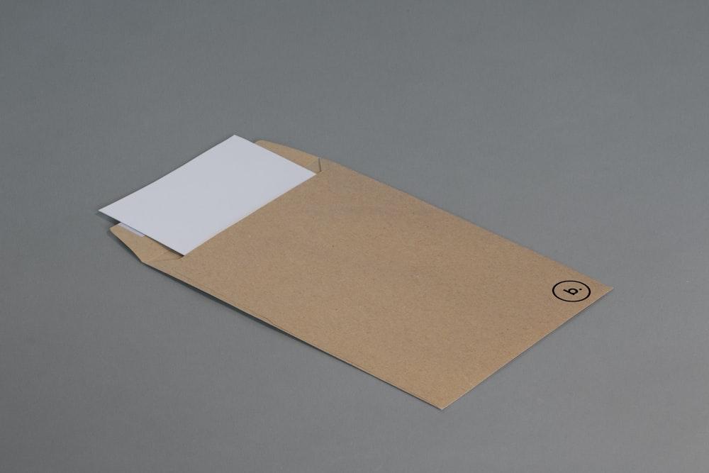灰色の表面に茶色の封筒