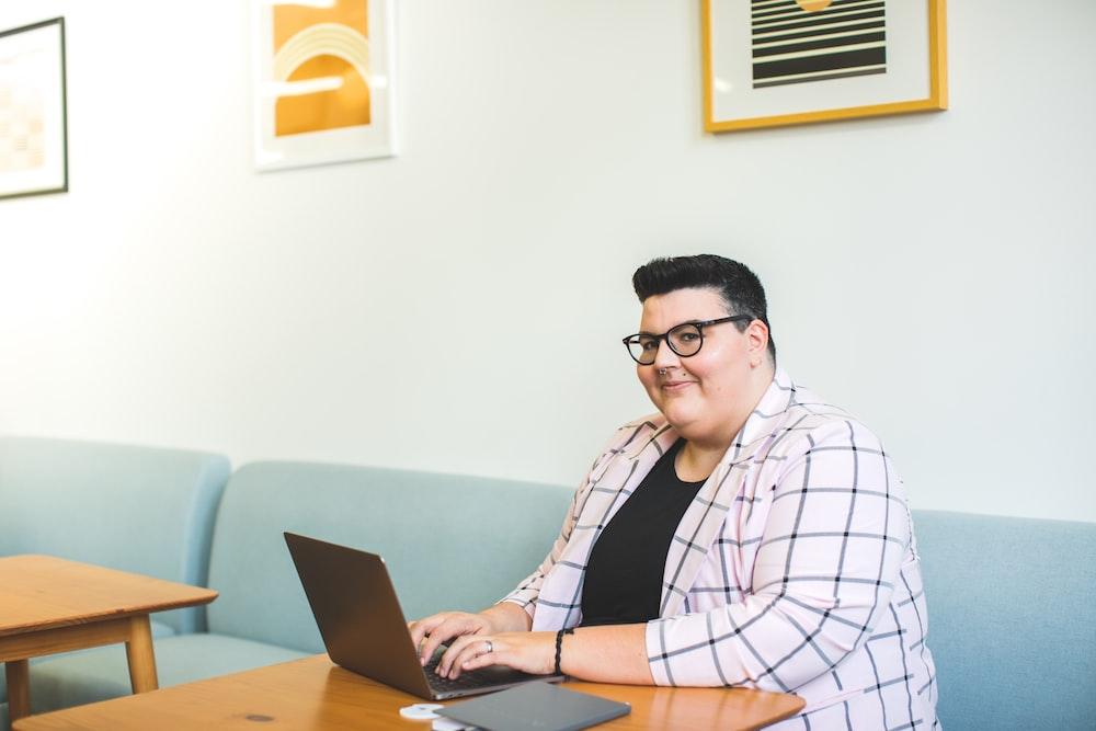 ラップトップコンピューターの前に座っている女性