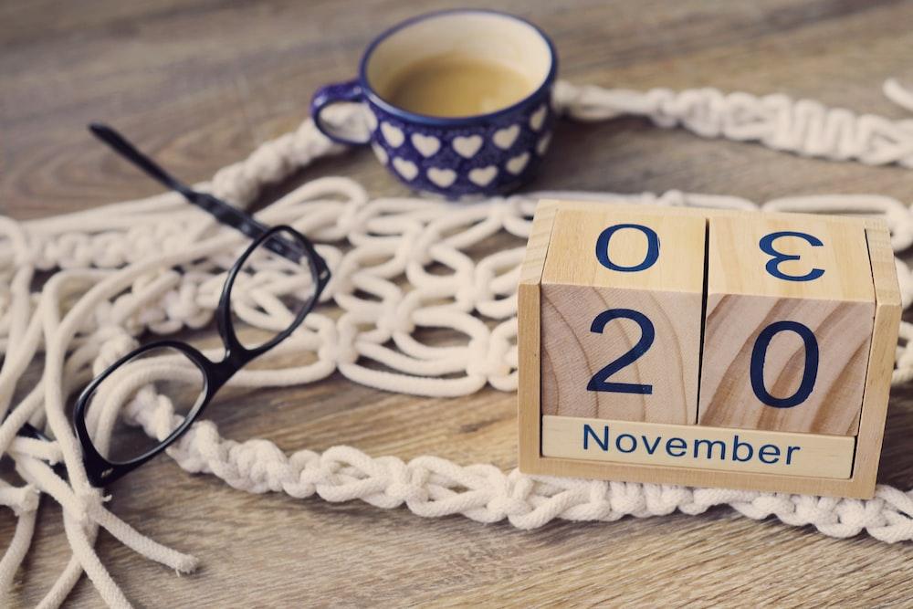 brown wooden calendar block