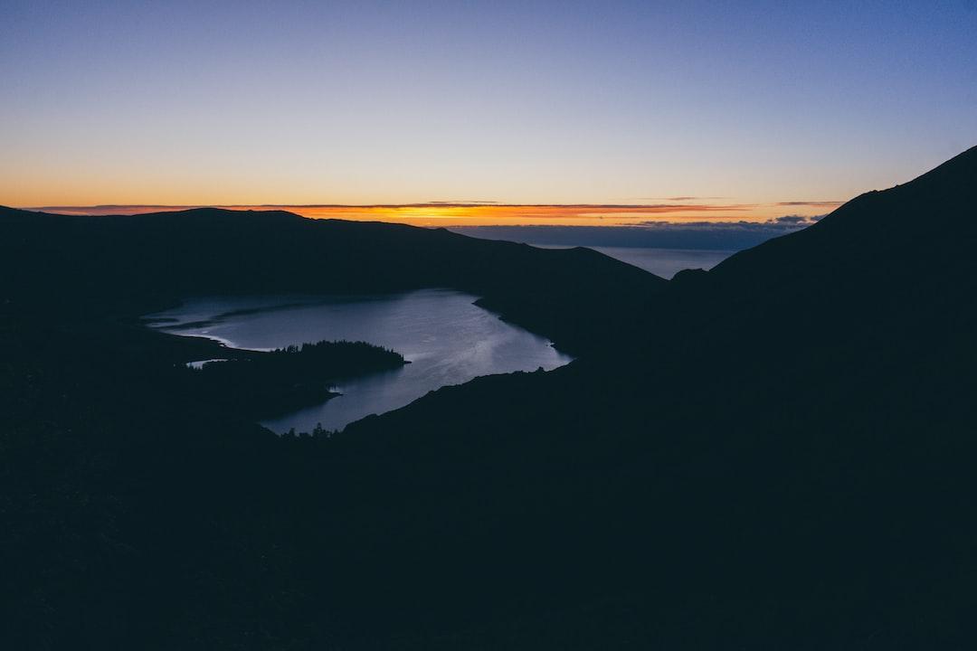 Amanhecer no vulcão da Lagoa do Fogo.  Sozinho a ver as cores do dia é das sensações mais impressionates.
