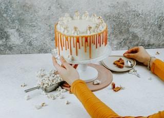 round white coated icing cake