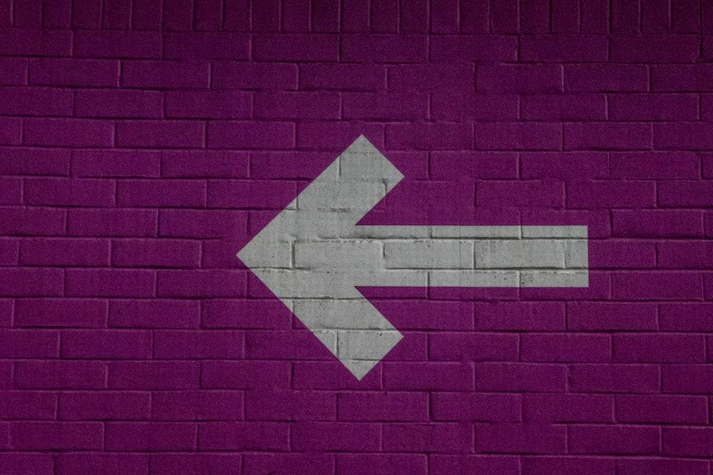 white right arrow print