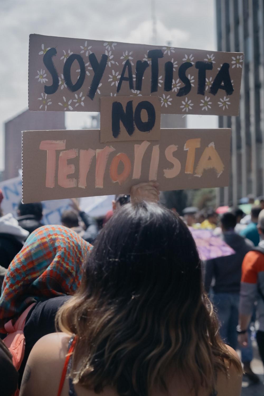 soy artista no terrorista signage