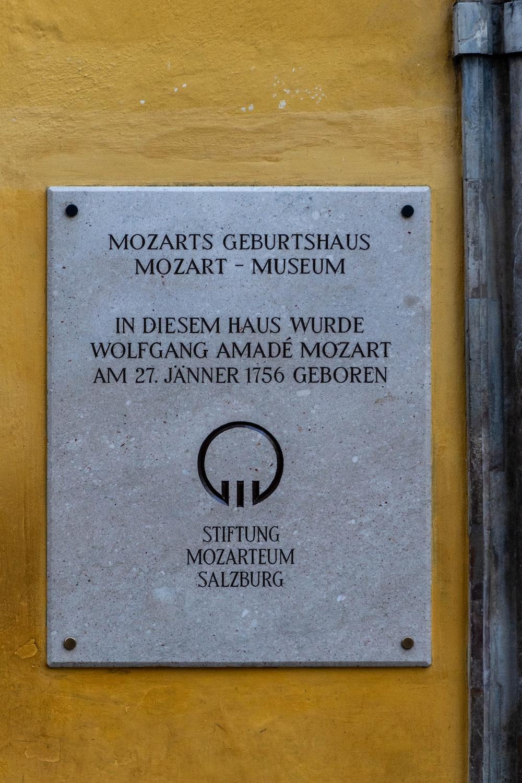 Mozarts Geburthaus signage