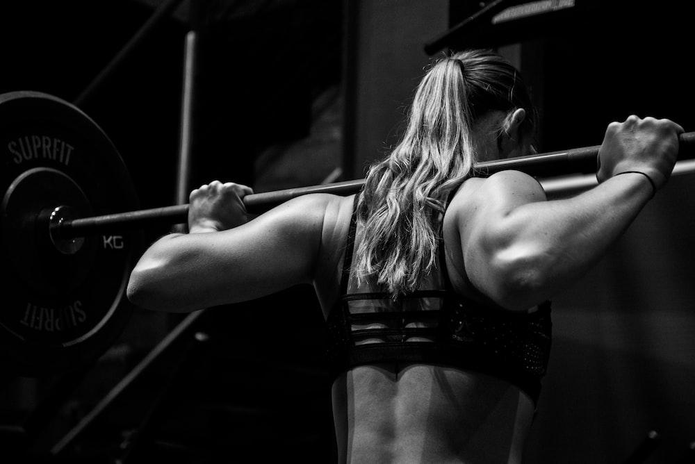 woman lifting barbell