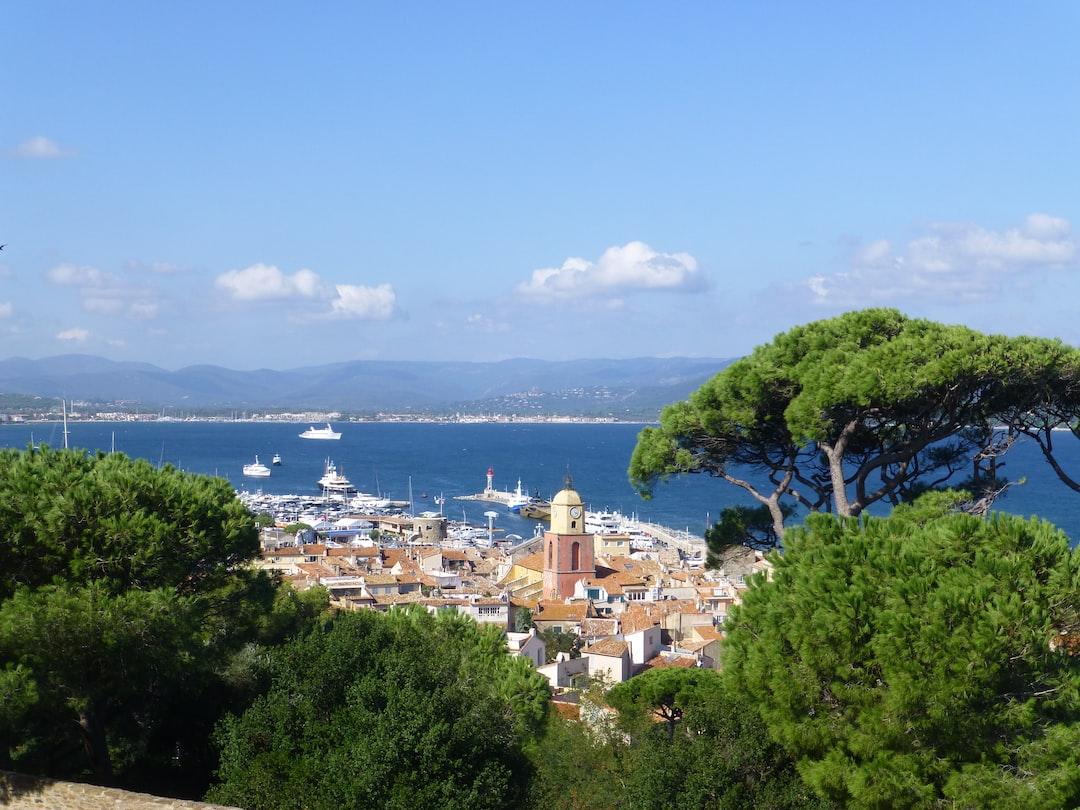 Vue de la vieille ville depuis la citadelle de Saint-Tropez, Provence-Alpes-Côte d'Azur, France (https://fr.wikipedia.org/wiki/Citadelle_de_Saint-Tropez).