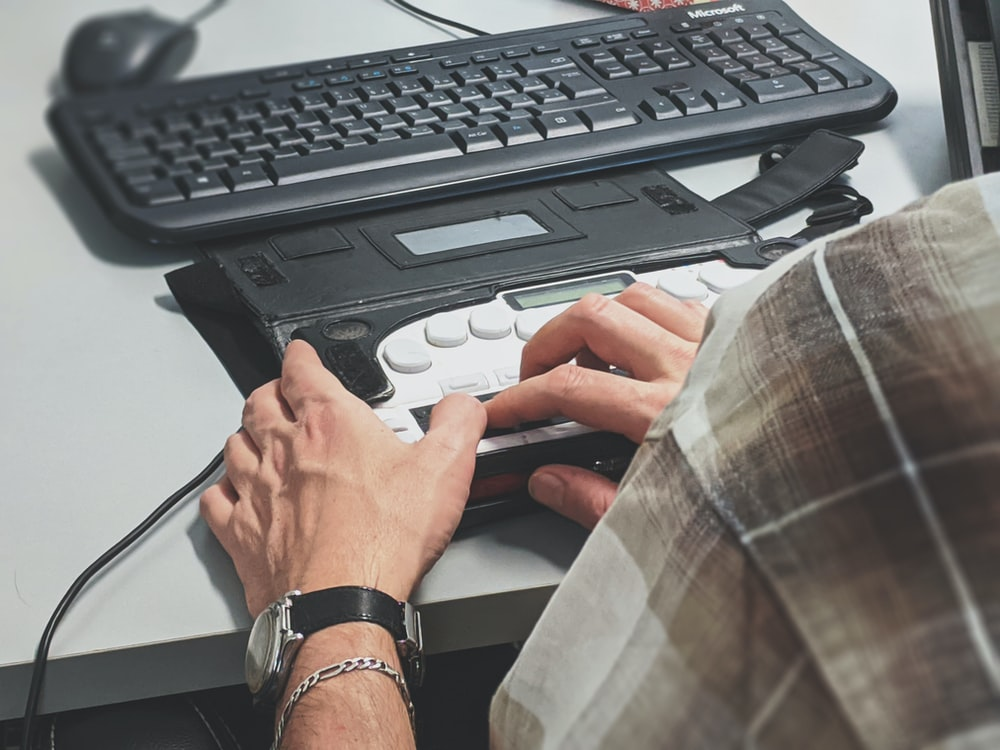 El teclado especial ayuda a saber qué es la brecha digital y qué hacer para reducirla