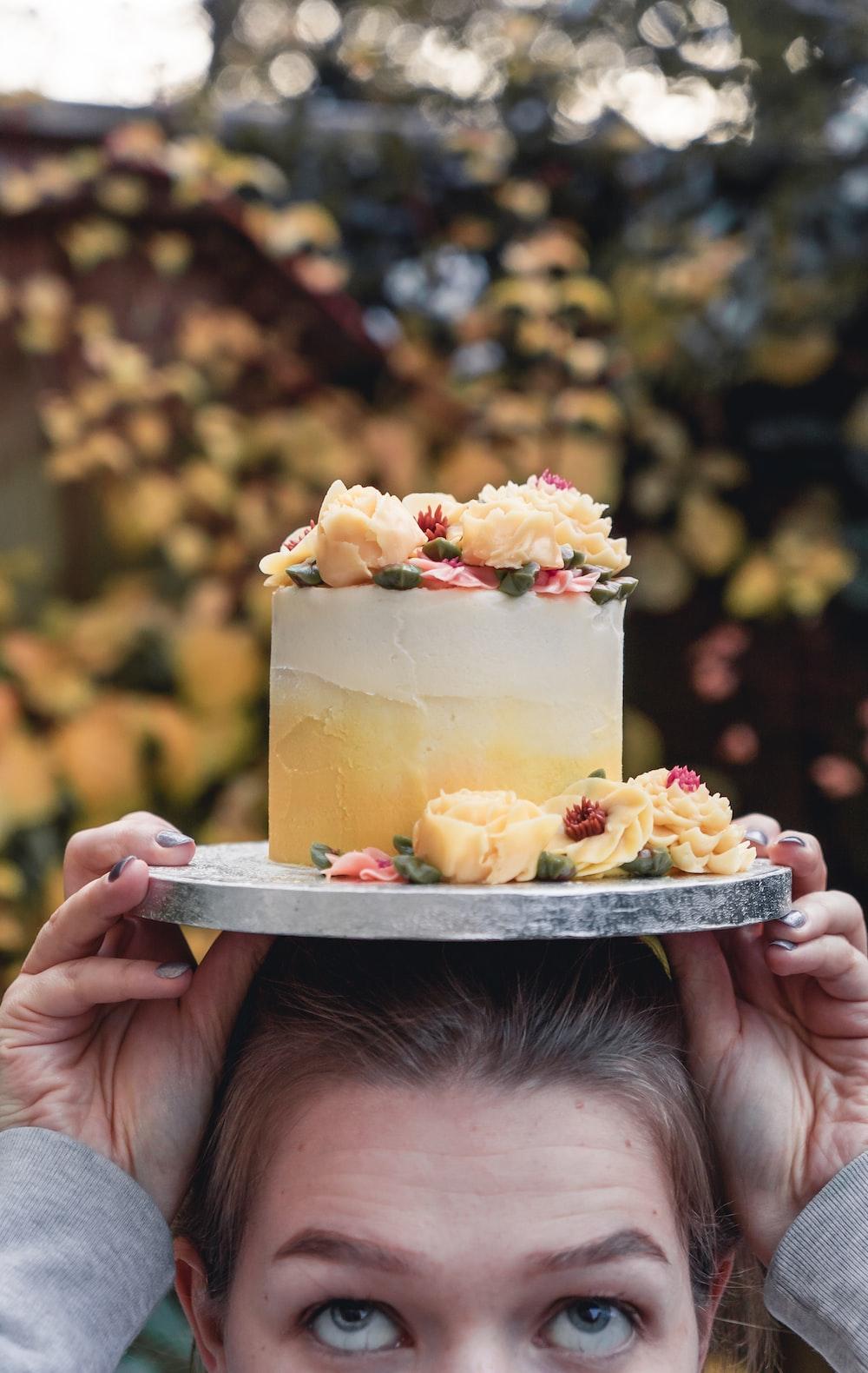 round white and yellow cake