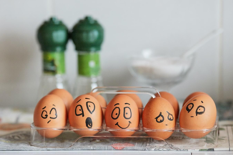 Фотография яиц, выражающих яркие эмоции. Фон с улыбками и депрессией, автор Tengyart (источник Unsplash)