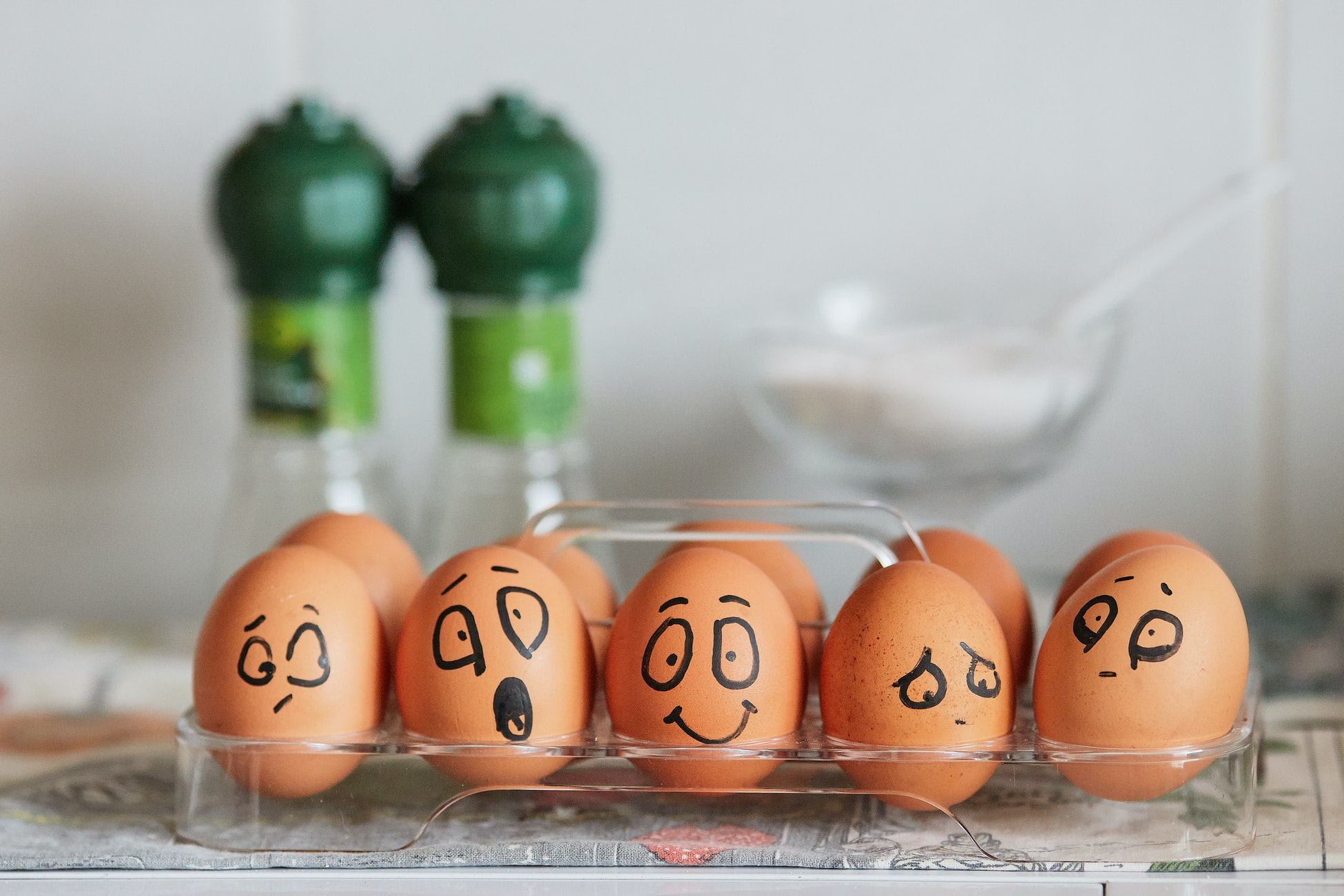 Смешные эмоциональные яйца (фон для сайта о психологии)