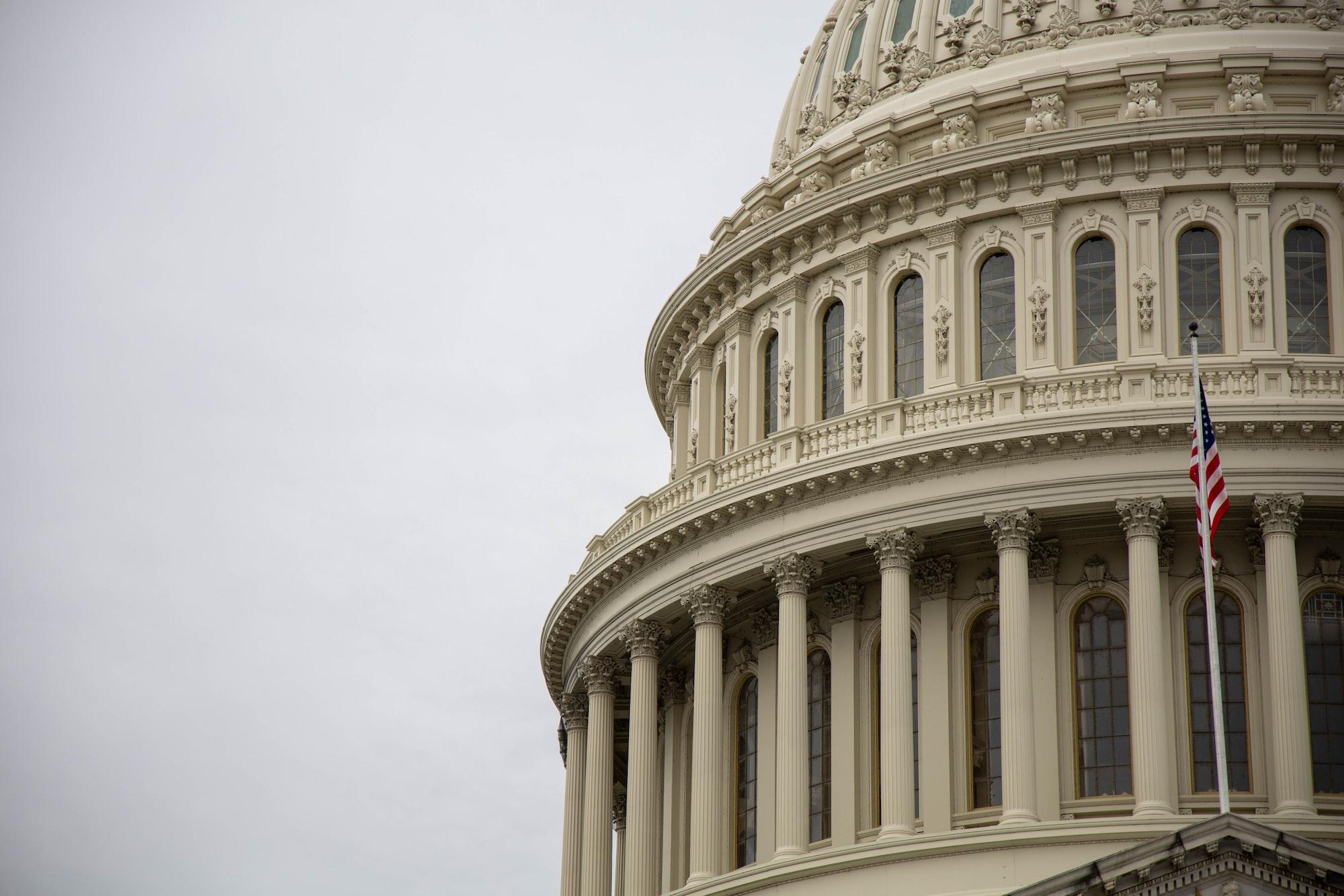 Поддерживаемые Apple аналитические центры призывают парламент не голосовать за антимонопольные законопроекты