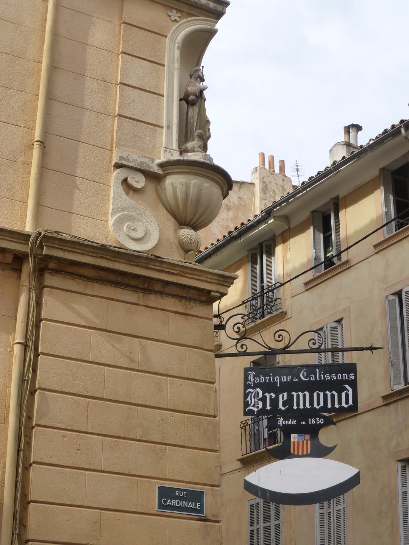 Angle de la rue Cardinale et de la rue d'Italie, oratoire, et insigne « Calissons Brémond » à Aix, Bouches-du-Rhône, France