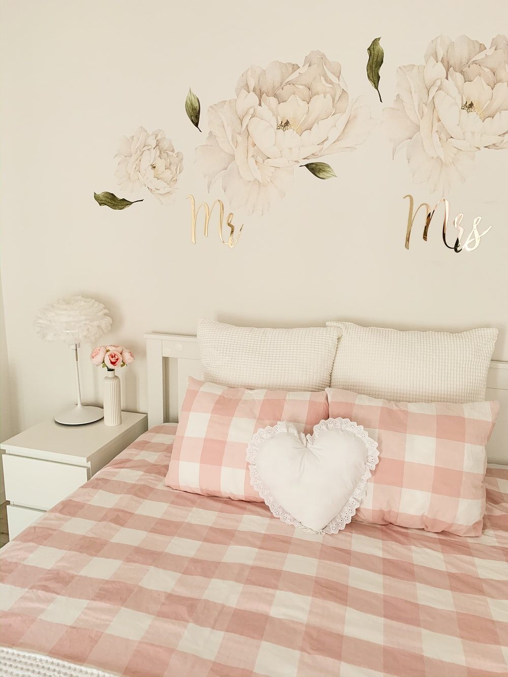 pink and white plaid pillows on bedsheet