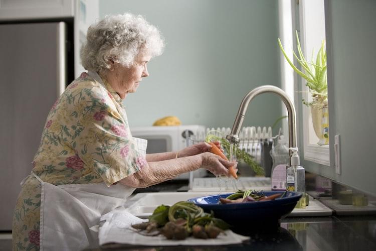 Une mamie faisant la vaisselle. | Photo : Unsplash