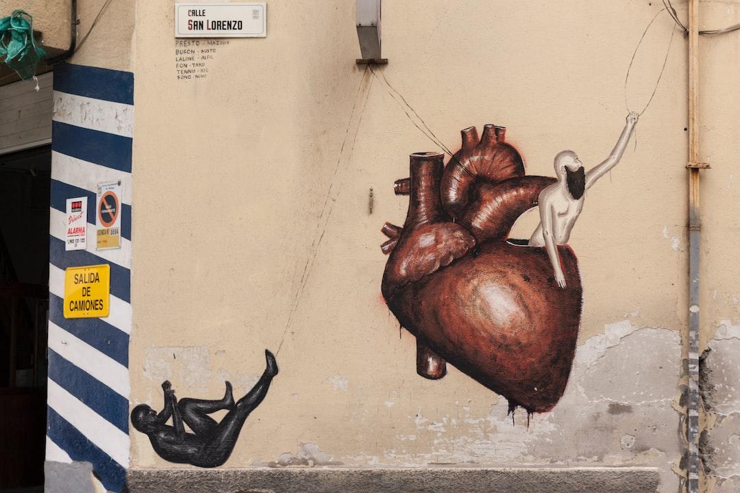 Esta pintura mural es obra de Dadi Dreucol y la realizó en junio de 2013. Esta fotografía la hice en abril de 2015. Hoy 06-12-2019 he vuelto a ver la pintura y, no se si accidentalmente o por otras razones, se está deteriorando. Puede ser que dentro de poco deje de existir. El 04-01-2020 comprobé que la parte baja del corazón está deteriorada.