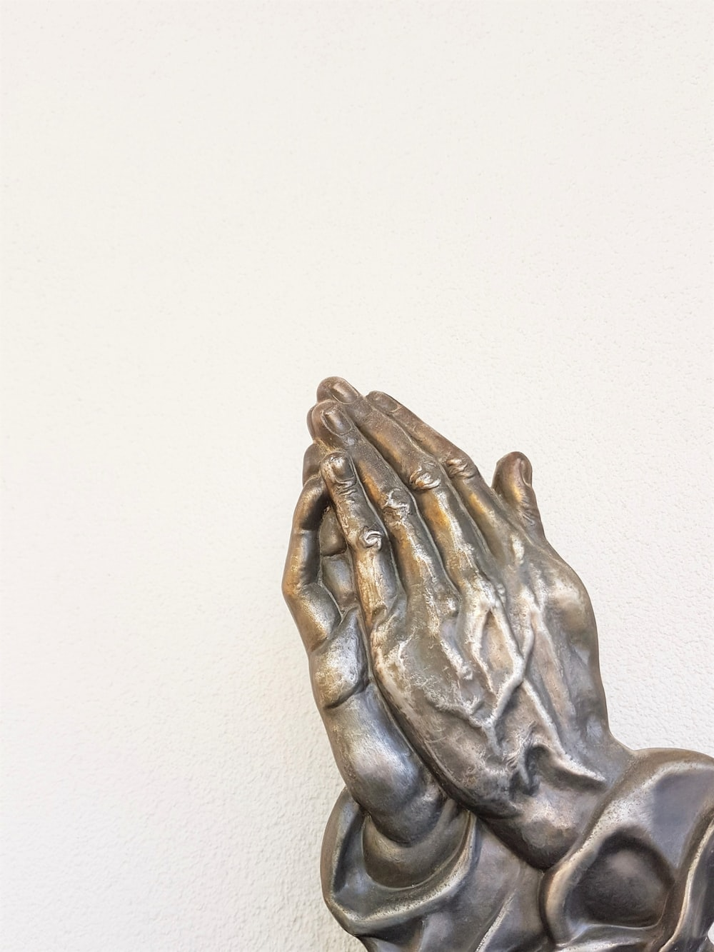 gray praying hand statue