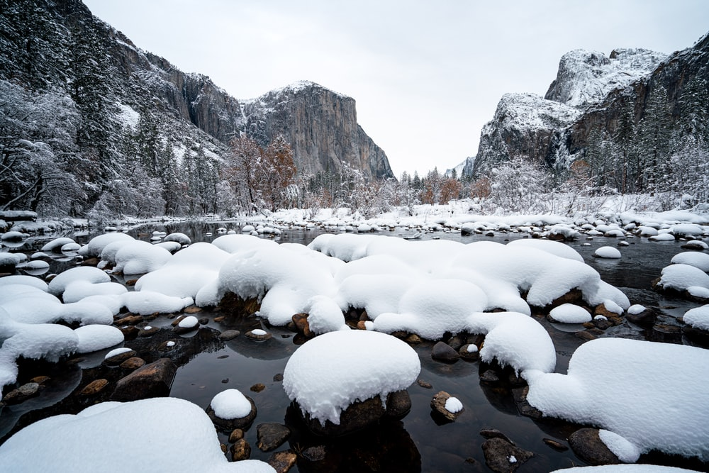 snows on rocks