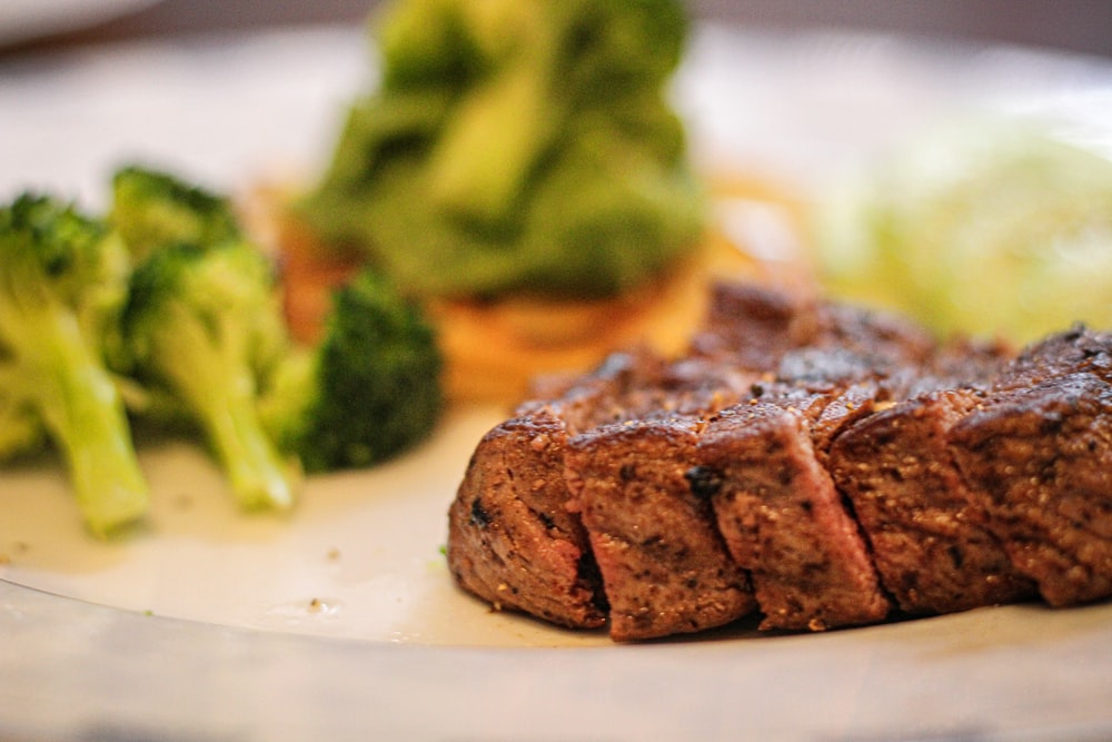 steak with broccolies