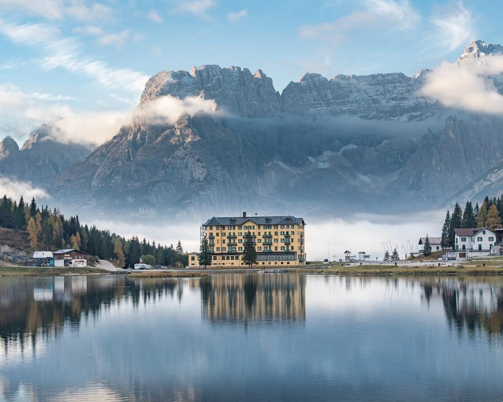 edicio e montagne si specchiano nel lago di misurina laghi italiani