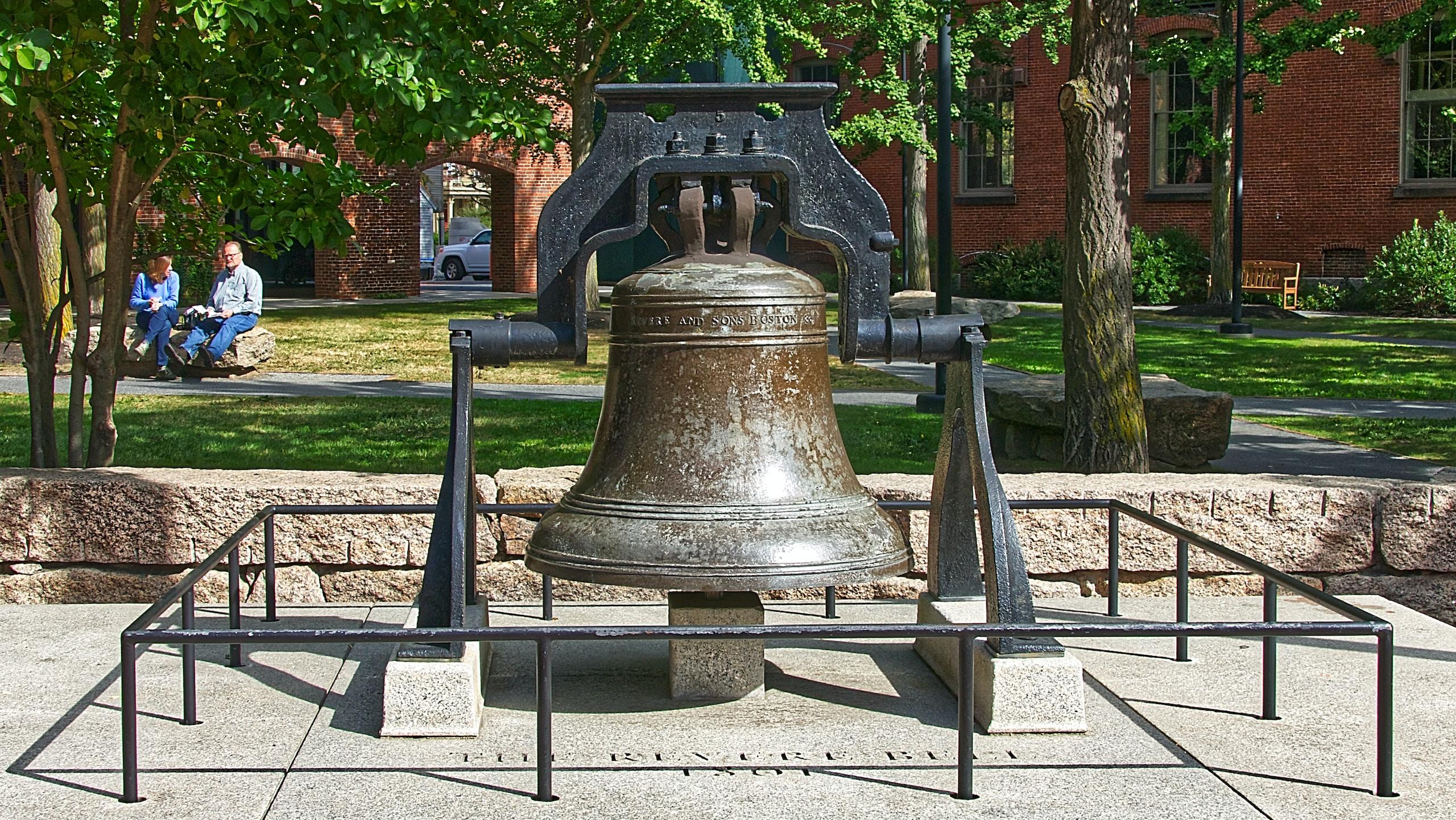 Cette cloche est actuellement exposée dans un monument aux anciens combattants du comté d'Essex à Peabody Park.  L'histoire autour de cette cloche peut être résumé ainsi : · Le ministre d'East Church, le révérend William Bentley, a commandé cette illustre cloche de l'usine de Paul Revere dans le North End de Boston en 1801. Elle était suspendue au beffroi de l'église, alors située au coin des rues Hardy et Essex.  C'était la troisième et la plus grande cloche à être utilisée par cette église.·...