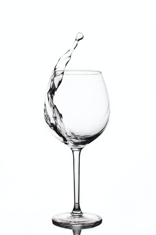 жидкость в прозрачном бокале для вина