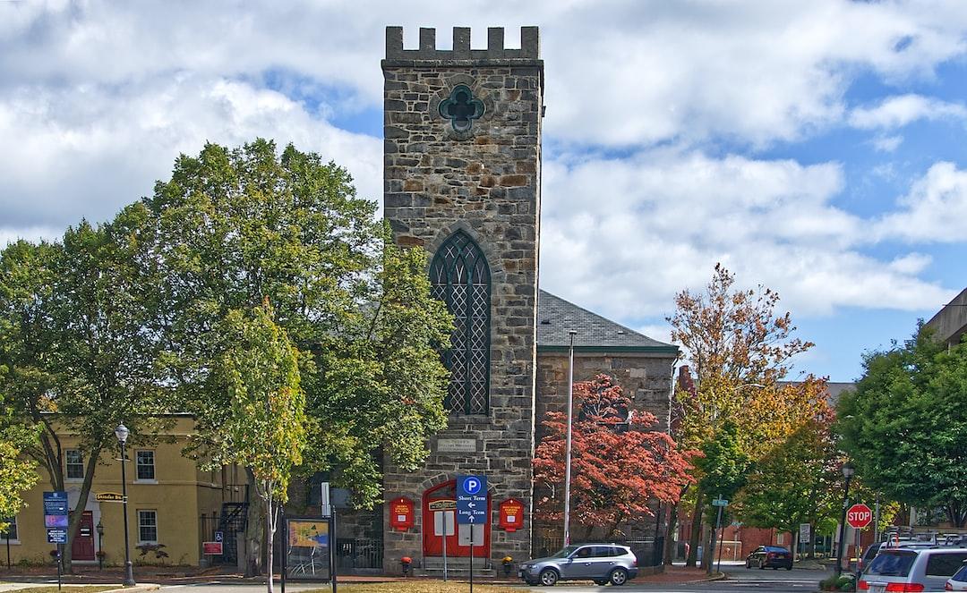 Au coin de la rue Saint-Pierre (anciennement Prison Lane) et de la rue Brown se dresse l'église Saint-Pierre.  Fondée en 1733/34 en tant que première église anglicane de Salem, l'édifice d'origine était une structure en bois jaune, construite sur un terrain donné par le riche marchand de Salem Philip English.  Le bâtiment en granit actuel a été conçu en 1833 par Isaiah Rogers et agrandi en 1845/46.  La chapelle a été ajoutée à l'arrière du bâtiment en 1871, date à laquelle certaines des pierres tombales ont été déplacées à l'avant de l'église.
